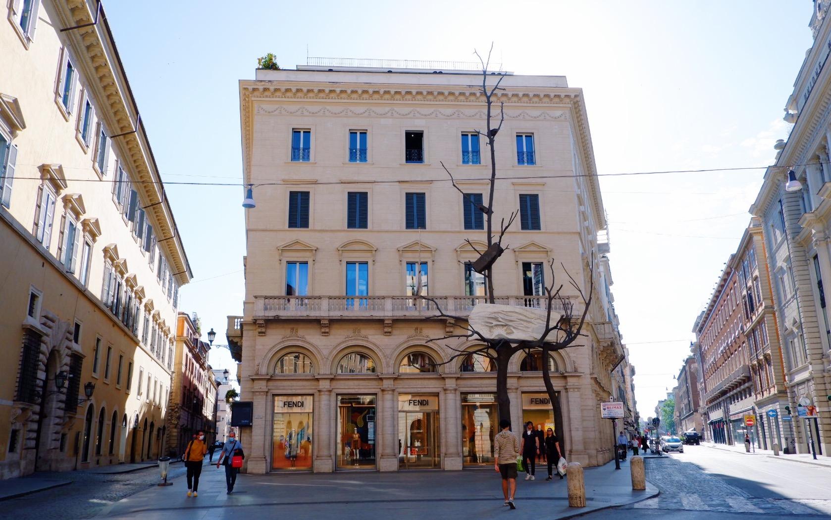 Foglie di Pietra sculpture outside Palazzo Fendi